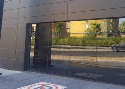 aynalı showroom kapısı